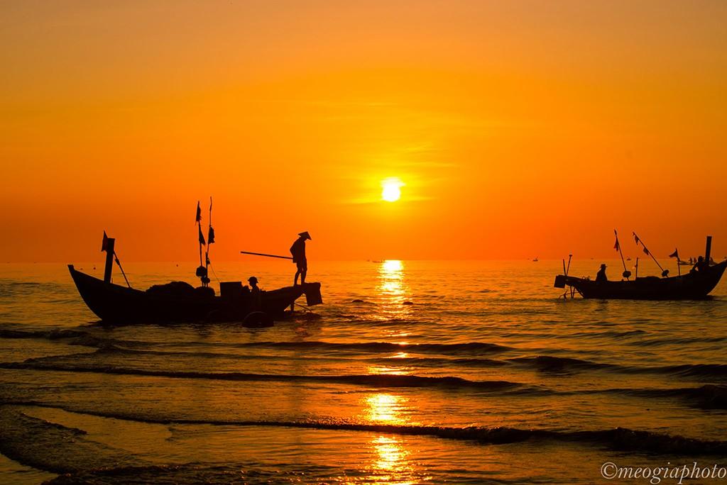 Mặt trời vừa mọc cũng là lúc bạn nhìn rõ hình ảnh những ngư dân với phương thức đánh bắt truyền thống.