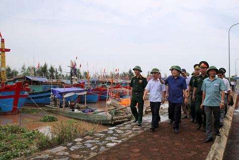 Phó Thủ tướng Trịnh Đình Dũng chỉ đạo công tác ứng phó với bão số 3 tại Nam Định.  Ảnh: VGP/Xuân Tuyến