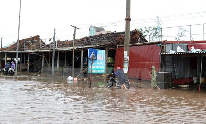 Nước biển dâng cao ảnh hưởng đến đời sống sinh hoạt, kinh doanh của các hộ dân tại thị xã Quất Lâm, huyện Giao Thủy. (Ảnh: Quốc Khánh/TTXVN)