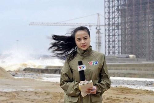 3 năm trước, hình ảnh nữ phóng viên Ngọc Bích của VTV tác nghiệp ở vùng biển Vũng Áng, Hà Tĩnh khi cơn siêu bão Haiyan đổ bộ từng để lại rất nhiều dấu ấn tốt đẹp trong lòng khán giả truyền hình, người dân Việt Nam. Cảnh nữ phóng viên xinh đẹp đứng trước một công trình trên biển đầy sóng và gió dữ dội thể hiện sự dũng cảm, can đảm và nỗ lực đem lại những hình ảnh, bản tin thời tiết chân thực nhất cho khán giả.
