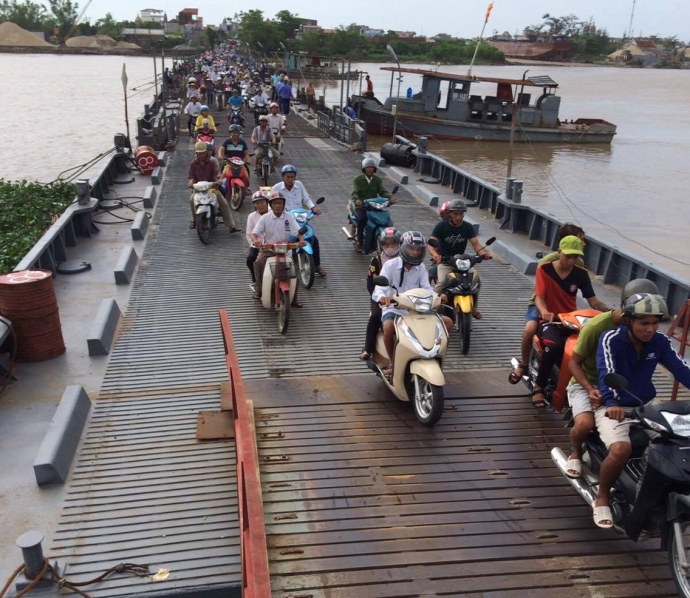 8h30' sáng 20/8, các phương tiện lưu thông bình thường qua cầu phao Ninh Cường