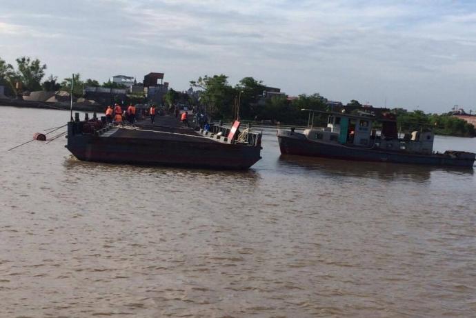 30 công nhân được huy động từ 4h sáng tiến hành công tác rắp láp cầu phao sau bão số 3