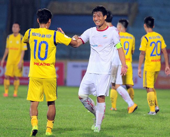 Cùng với Viettel (áo trắng), Nam Định (áo vàng) và Đồng Nai sẽ tranh vé dự trận play-off lên V-League