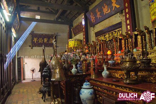 Trung đường đền Thiên Trường, nơi đặt bài vị các vị vua Trần.