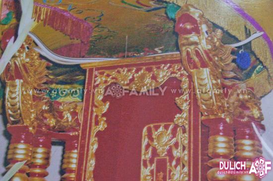 Rắn trắng xuất hiện trên ngai thờ vua Trần Nhân Tông.