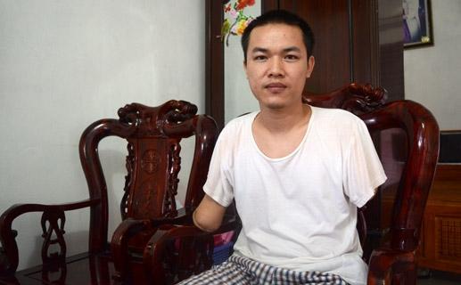 Sau tai nạn anh Đinh Duy Hoán mất khả năng lao động. Ảnh: Duy Hưng.