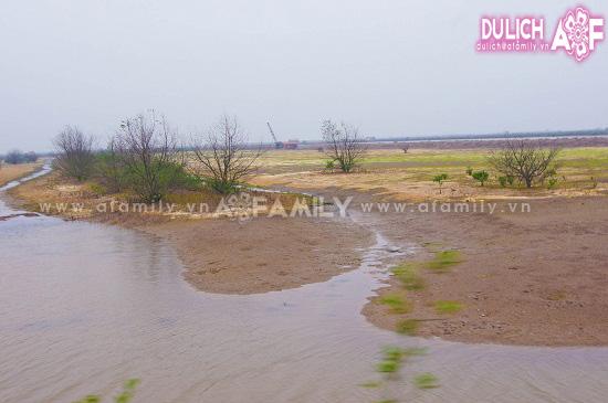 Vườn Quốc gia Xuân Thủy bao gồm các cồn cát xen kẽ các bãi bồi ngập triều nằm bên cửa sông Hồng giáp với biển.