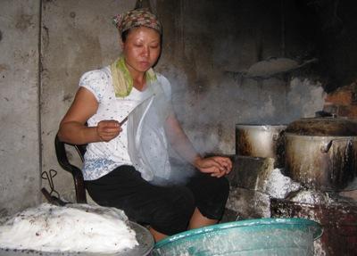 Một lò tráng bánh ở làng Kênh