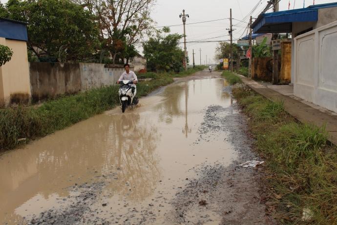 Mỗi khi mưa, cả một đoạn đường bị ngập úng không lối thoát khiến người dân đi lại khó khăn - Ảnh: Trung Dũng