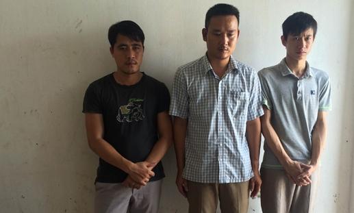 Ba trong số các đối tượng vừa bị bắt giữ vì đánh bạc.