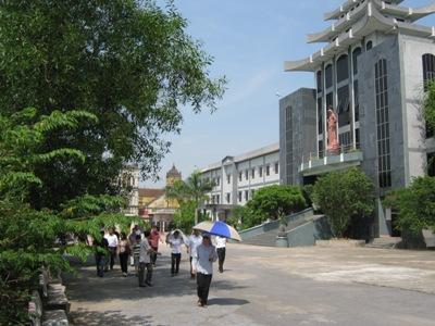 Du khách thăm quan Tòa giám mục Bùi Chu
