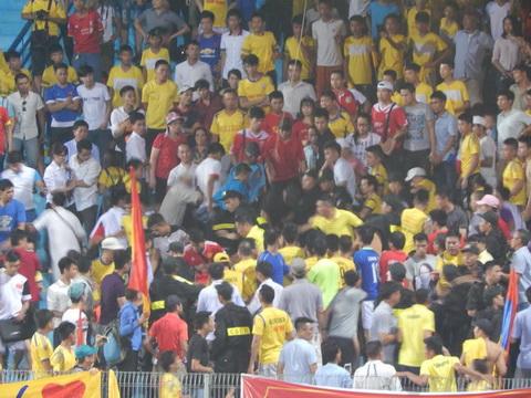 CĐV Nam Định mất bình tĩnh khi đội nhà bị Viettel dẫn bàn.Ảnh: Huy Hùng
