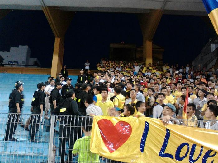 HLV Đinh Thế Nam hài lòng với các học trò sau chiến thắng trước Nam Định chiều 31.8. Ảnh: Tuệ Minh.