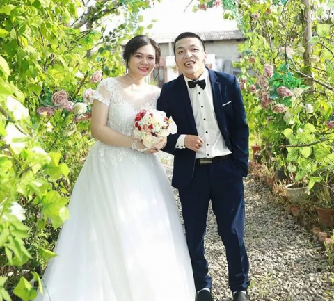 Tân Lỳ hạnh phục bên người vợ của mình
