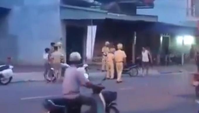 Người đàn ông cầm gậy tấn công các chiến sỹ CSGT.