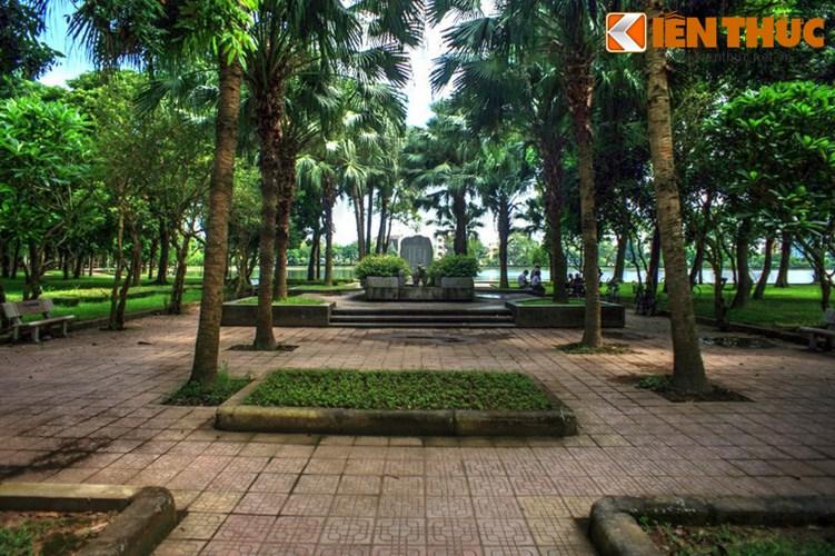 Đó chính là mộ của nhà thơ Tú Xương (Trần Tế Xương, 1870 - 1907), một nhà thơ lỗi lạc và là một người con ưu tú của mảnh đất Nam Định.