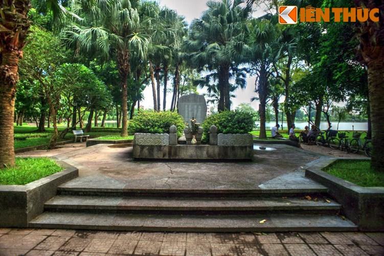 Ngôi tọa lạc tại mảnh đất xưa kia thuộc làng Vị Xuyên, huyện Mỹ Lộc, tỉnh Nam Định - nơi chôn nhau cắt rốn của Tú Xương. Trong nhiều thập niên, mộ chỉ là một nấm đất nằm âm thầm bên hồ, đến mức đã lan truyền trong dân gian mấy vần thơ sau: Xè xè nấm đất bên hồ/ Hỏi ra mới biết rằng mồ Tú Xương!