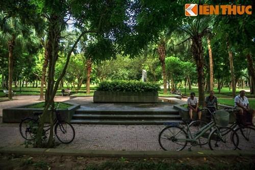 Bốn mặt quanh mộ đều có bậc tam cấp lát gạch với bốn bồn hoa nằm ở bốn góc. Xung quanh là khoảng sân rộng rãi và thoáng đãng, luôn được che phủ bởi những tán cây xanh.