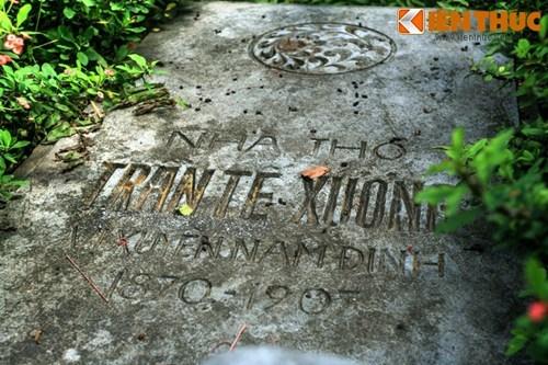 Trên mặt mộ là một phiến đá nằm nghiêng khắc tên nhà thơ cùng quê quán, năm sinh, năm mất.