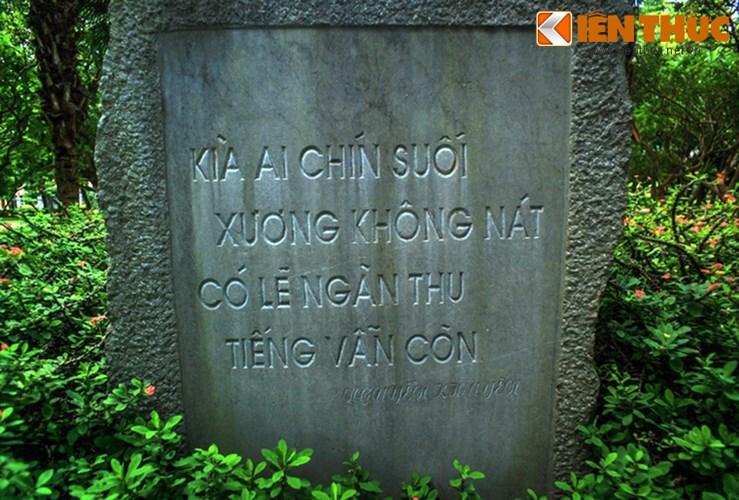"""Mặt sau bia là hai câu được cho là của cụ Nguyễn Khuyến khóc cụ Tú: """"Kìa ai chín suối xương không nát/ Có lẽ ngàn thu tiếng vẫn còn""""."""