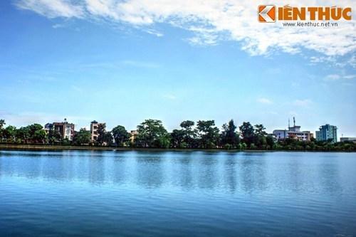 """Cách mộ nhà thơ Tú Xương không xa là hồ Vị Xuyên. Đây là phần còn sót lại của sông Vị Hoàng - con sông đã tạo cảm hứng cho nhà thơ thành Nam viết nên bài thơ bất hủ """"Sông lấp""""."""