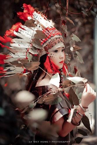Bộ ảnh nữ thổ dân phiên bản nhí của phó nháy Lê Việt Hùng mới đây tạo ra sức hút, gây nhiều chú ý trên một số diễn đàn, fanpage về nhiếp ảnh. Bộ ảnh nổi bật nhờ sự sáng tạo, đưa một cô bé nhỏ tuổi vào hình ảnh nữ thổ dân đang rất phổ biến. Ảnh: Lê Việt Hùng.