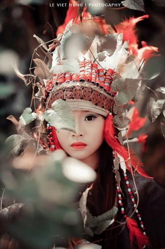 Bé gái trong bộ ảnh thổ dân nhí này tên Phạm Mai Chi, đang là học sinh trường Hoàng Văn Thụ, Nam Định. Theo tiết lộ của phó nháy Việt Hùng, bộ ảnh được thực hiện trong thời gian ngắn tại khuôn viên hồ Truyền Thống, Nam Định.