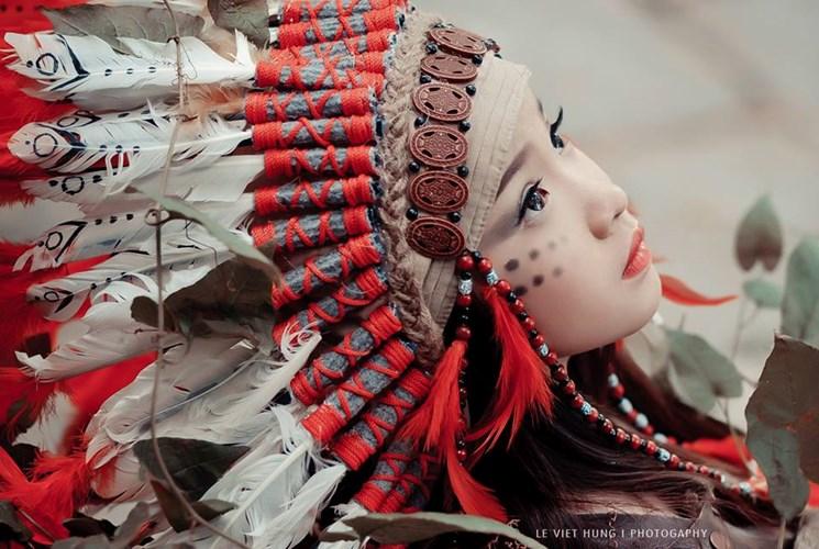 Ấn tượng đặc biệt của bộ ảnh là đôi mắt ngây thơ của bé Mai Chi, kết hợp với tạo hình nữ thổ dân đầy vẻ hoang dại với trang phục đặc trưng: mũ thổ dân, trang sức hạt đá, gỗ và những cọng lông vũ đầy màu sắc.