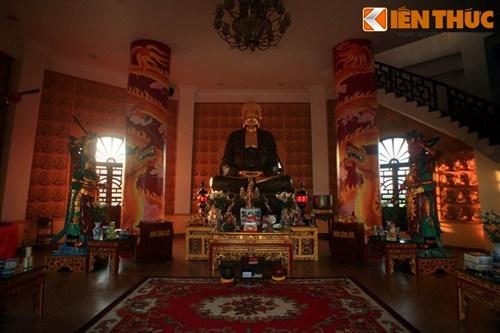 Mỗi tầng của tháp mang một chủ đề Phật giáo khác nhau.