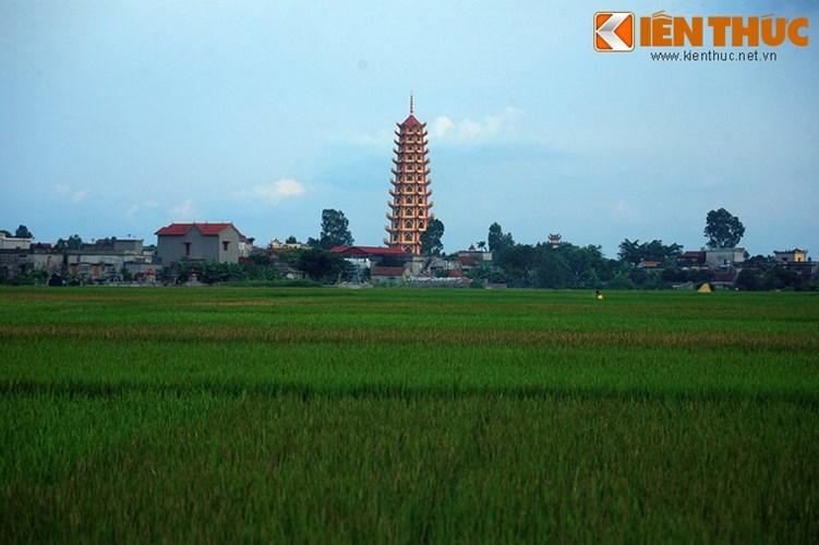 Bảo tháp Hòa Bình là công trình nổi bật của vùng, có thể nhìn thấy từ cách xa nhiều km.