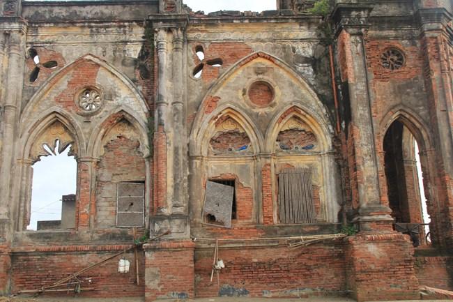 Các bức tượng của nhà thờ đã bị vỡ nát. Nhiểu mảng đổ sập xuống nằm sâu dưới cát biển.