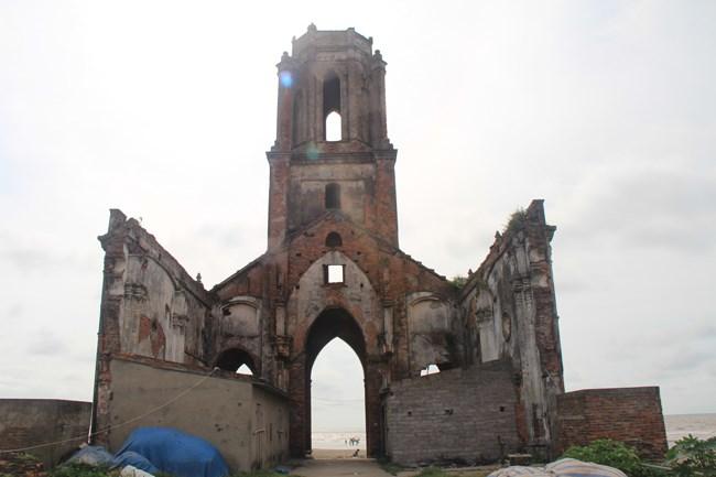 Bên trong nhà thờ đã bị phá đổ hoàn toàn.