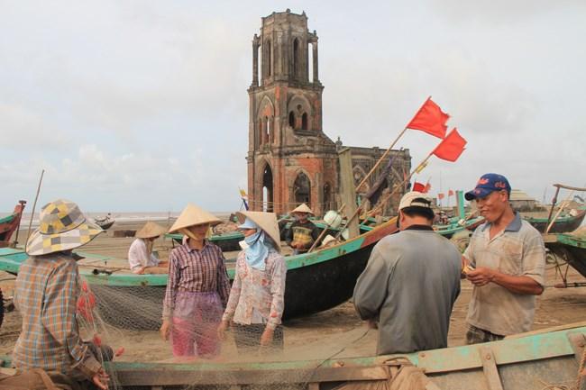 Các ngư dân ở đây cho biết, sau khi bị nước biển xâm chiếm và phá nền móng, năm 2005, linh mục và người dân địa phương đã phải bỏ nhà thờ, vào sâu bên trong xây một nhà thờ mới để sinh hoạt.