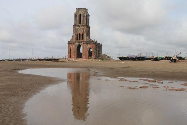 Hiện tại, nhà thở đổ này đã bị vây quanh bởi nước biển. Mỗi khi thủy triều lên thì nhà thờ bị ngập nước khoảng 1m. Nếu tình trạng này diễn ra mạnh hơn sẽ khiến nhà thờ bị chìm sâu dưới nước biển trong một thời gian không xa.