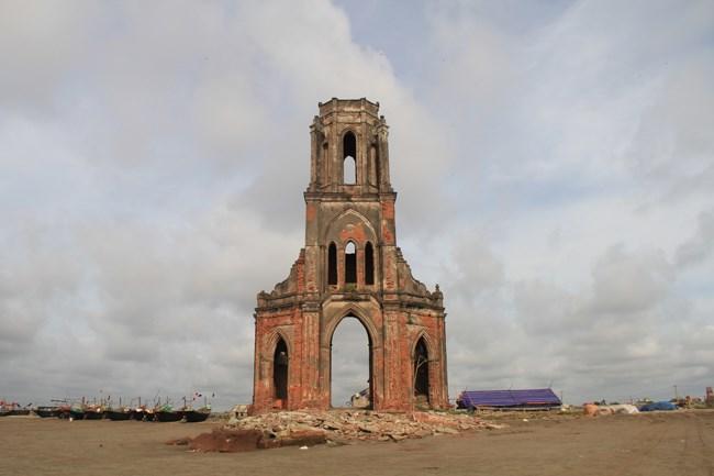 Dọc chiều dài 20km bờ biển của xã Hải Lý (Hải Hậu - Nam Định) đang bị biển xâm thực mạnh. Nước biển lấn sâu khiến nhiều công trình của địa phương bị hư hỏng nặng, nhiều hộ gia đình đã phải di chuyển vào sau đê để ở.
