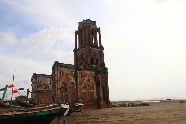 Tại xã Hải Lý có gần 20 nhà thờ và phần lớn người dân ở đây theo đạo. Đây là nhà thờ Trái Tim (Giáo xứ Xương Điền) và nền móng nhà thờ Thánh Maria Madalena cũ đã bị nước biển xâm thực và phá hỏng các kiến trúc.