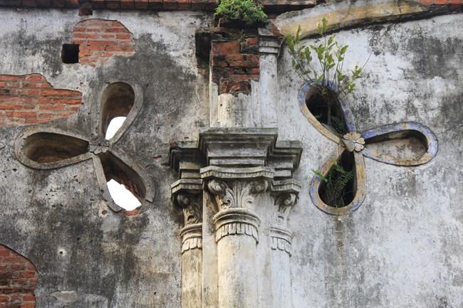 Các họa tiết, kiến trúc bên trong nhà thờ đã bị phai mòn. Gạch xây đã bị lộ rõ sau thời gian bị vỡ vữa.