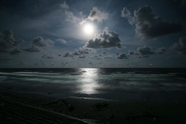 Biển Thịnh Long đêm trăng sáng.