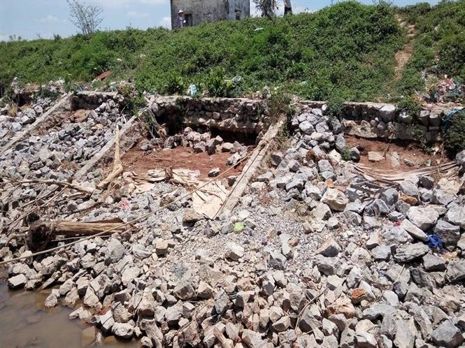 Nhiều tảng đá bị cuống xuống sông Hồng
