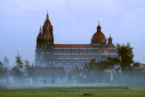 Nhà thờ trong sương sớm.