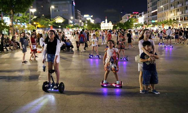 Xe điện cân bằng đang thu hút một lượng lớn người chơi trong độ tuổi thanh, thiếu niên tiềm ẩn những nguy cơ mất an toàn.