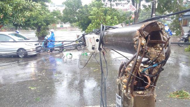 Nhiều cột điện bị gió quật gãy, đổ gây mất điện trên diện rộng (ảnh: Tất Định)