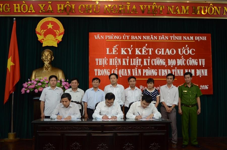 Nhiều nội dung giao ước thực hiện kỷ luật, kỷ cương, đạo đức công vụ đã được Lãnh đạo Văn phòng UBND tỉnh Nam Định cùng đại diện BCH Công đoàn, BCH Đoàn thanh niên cơ quan này ký kết chiều ngày 22/9.