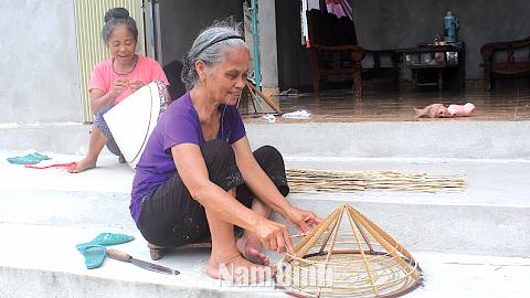 Người dân làng Đào Khê, xã Nghĩa Châu (Nghĩa Hưng) miệt mài làm nón.