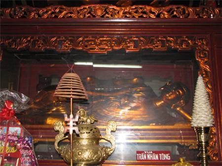 Tượng Trần Nhân Tông nhập Niết Bàn ở chùa Phổ Minh.