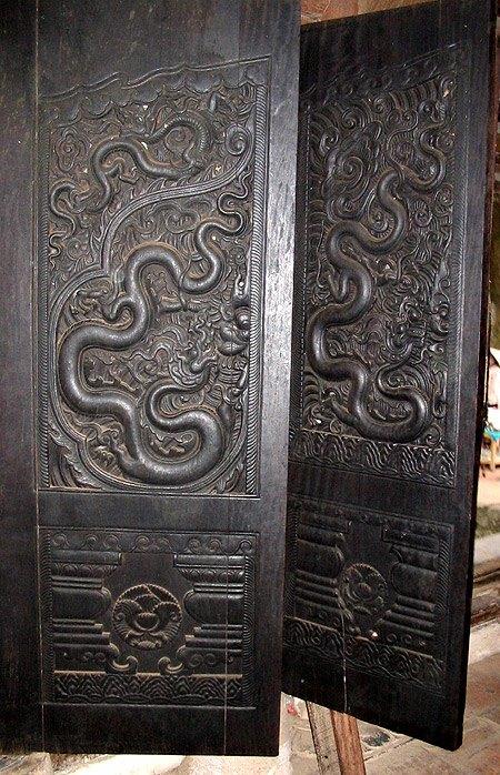 Cánh cửa chạm rồng cửa tam bảo chùa Phổ Minh.