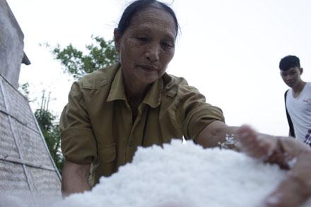 Sau khi hoàn thành các công đoạn làm muối, cô bán muối thô ngay cho nhà bác Chủ tịch Hợp tác xã. Công sức một ngày lao động của hai mẹ con cô cũng chỉ được khoảng 75.000 đồng. Nhưng cô không còn lựa chọn nào khác…