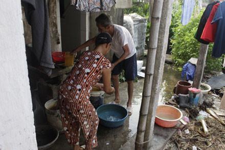 Cô Vòng tất bật với việc nhà. Chồng cô năm nay đã 77 tuổi, mắc ung thư đại tràng nên không còn có thể giúp vợ con làm những công việc nặng nhọc.