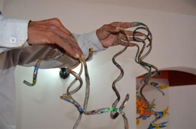 Tờ Dân Việt thông tin, với bộ móng tay dài hơn 50 cm, ông Huyền đang là người có bộ móng tay dài nhất Việt Nam. (Ảnh: Dân Việt)