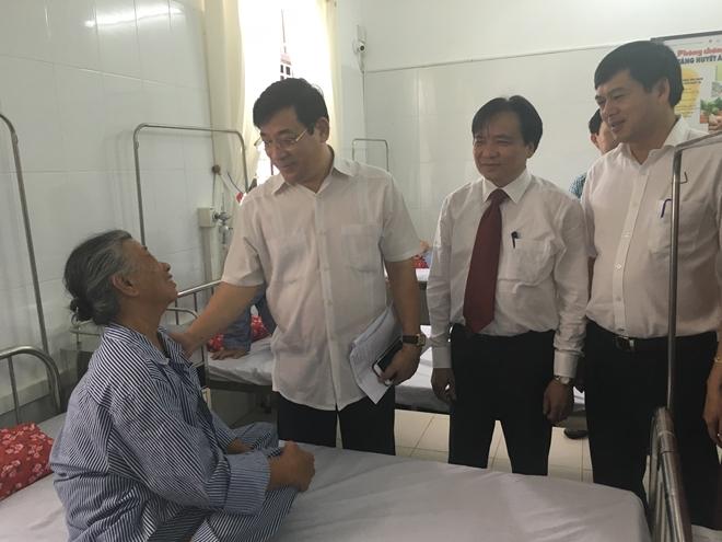 PGS. TS. Lương Ngọc Khuê cùng các đại biểu thăm hỏi bệnh nhân tại BV Nội tiết Nam Định.